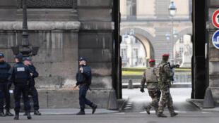 Polícias e militares junto ao Louvre a 3 de Fevereiro após uma agressão com arma branca.