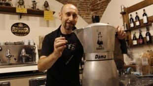 Andrea Moretto, collectionneur de cafetière, avec une Moka d'exposition de 50 tasses et la toute petite Moka de sa fabrication.