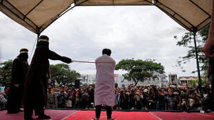 Na Indonésia um tribunal puniu dois homens com espancamento público por terem mantido relações sexuais.