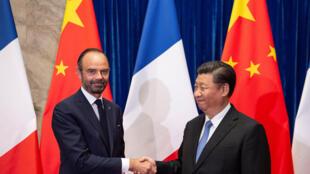 Le président chinois Xi Jinping (à dr.) rencontre le Premier ministre français Edouard Philippe (à g.), au Grand palais du Peuple, à Pékin le 25 juin 2018.