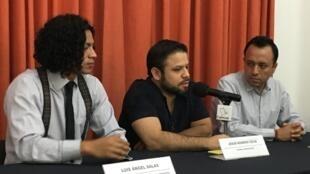 Jesús Romero Colín (centro) dijo que no había podido creer que la iglesa desestimara su denuncia.
