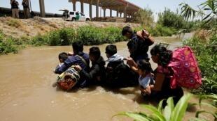 Des migrants guatémaltèques traversent la rivière Rio Bravo au Mexique pour entrer illégalement aux États-Unis, le 11 juin 2019.