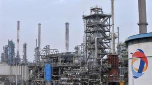 Нефтеперерабатывающий завод в Дюнкерке на севере Франции