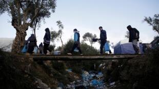 Des migrants dans le camp de Moria sur l'Ile de Lesbos, le 15 novembre 2019. (Illustration).