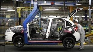 Fábrica da montadora PSA Peugeot Citroën na região parisiense.