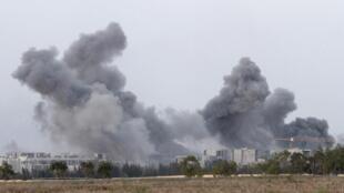 Coluna de fumaça é vista em Sirte após bombardeio da OTAN contra forças pró-Kadafi no dia 7 de outubro.