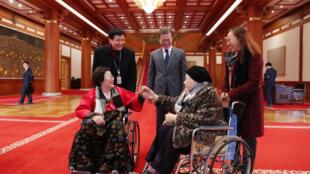 Tổng thống Hàn Quốc Moon Jae In tiếp xúc với các phụ nữ Hàn Quốc trước đây bị Nhật Bản ép làm gái giải sầu. Ảnh tư liệu chụp ngày 04/01/2018.