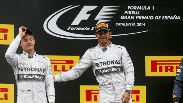 Lewis Hamilton (à dir.) e seu companheiro da Mercedes, Nico Rosberg, no pódio do GP da Espanha, disputado neste domingo, 14 de maio de 2014.