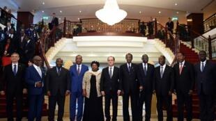De gauche à droite : le président du Cap-Vert, Jorge Fonseca, Ibrahim Boubacar Keita (Mali), Ali Bongo Ondimba (Gabon) , Mahamadou Issoufou (Niger), François Hollande et Idriss Déby (Tchad)