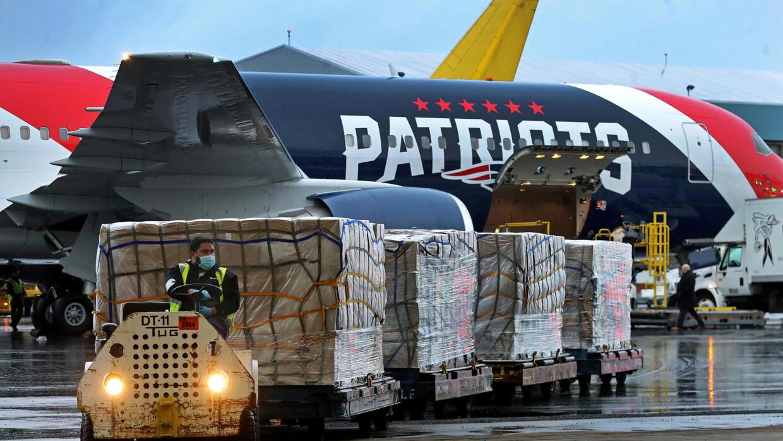 Các lô hàng khẩu trang và thiết bị y tế đang được khẩn trương  chuyển đến New York.