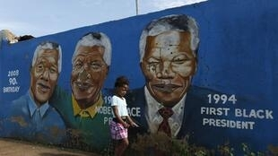 Portraits of former South African President Nelson Mandela, painted by O.J. Zwane, in Soweto, 26 February 2012