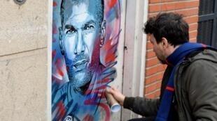 O artista de rua C215 finaliza o mural do atleta Zinedine Zidane para expor no Museu do Esporte, em Nice