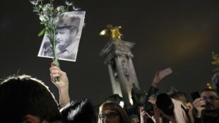 Около двухсот человек собрались перед памятником Симону Боливару в центре Парижа