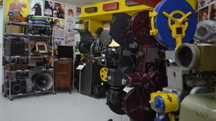 Plus de 130 projecteurs sont exposés au musée Caliwood, en Colombie.