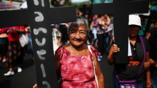 Una mujer participa en una marcha para despenalizar el aborto, en San Salvador, El Salvador, el 28 de septiembre de 2017.