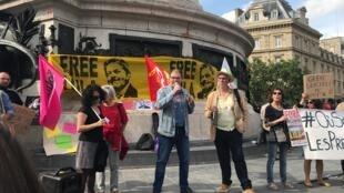 Protesto no centro de Paris contou com a presença de militantes e representantes de partidos e sindicatos franceses.