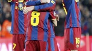 Los jugadores del Barça celebran la aplastante victoria al final del encuentro con el Real Madrid en el Camp Nou, Barcelona 29 de noviembre de 2010.