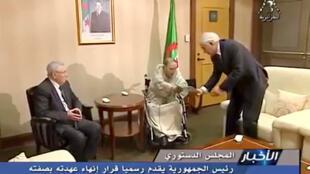 阿爾及利亞電視台轉播的畫面顯示,82歲的布特弗利卡(中)2019年4月2日向阿爾及利亞憲法委員會主席遞交辭呈,結束已經連選連任20年的總統任期。