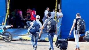Des réfugiés syriens embarquent sur un ferry au port de Tripoli (nord du Liban) pour aller en Turquie, le 6 octobre 2015.