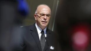 Bộ trưởng bộ Nội vụ Pháp Bernard Cazeneuve - REUTERS /Regis Duvignau