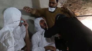 Um homem respira com uma máscara de oxigênio, após resgate descrito como um ataque de gás na cidade de Sheikhoun Khan , Síria 04 de abril de 2017.