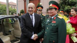 Bộ trưởng Quốc Phòng Việt Nam Ngô Xuân Lịch đón đồng nhiệm Pháp  Jean-Yves  Le Drian ngày 06/06/2016 tại Hà Nội.
