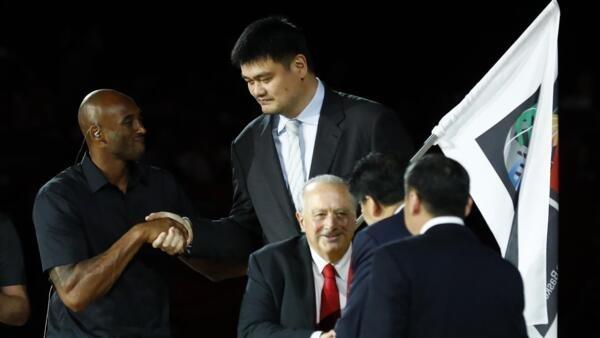 北京,2019年9月15日,國際籃聯籃球世界盃決賽,姚明與另一位籃球名將科比·布萊恩特握手。