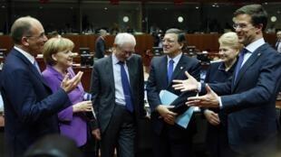 Херман ван Ромпей и Жозе Мануэл Баррозу в окружении глав Италии, Германии, Литвы и Нидерландов на саммите в Брюсселе 25/10/2013