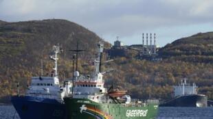 """Арестованное судно Гринпис """"Arctic Sunrise"""" в порту Мурманска 24/09/2013 (архив)"""