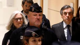 François Fillon et son épouse à leur arrivée au Tribunal de Paris, mercredi 26 février 2020.