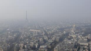 Nível de poluição em Paris supera limite tolerado nesta sexta-feira (20).