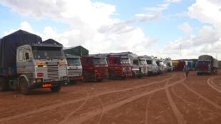 De nombreux camions bloqués à la frontière nigériane à la frontière avec le Niger.