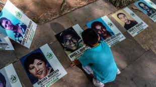Các gia đình Colombia có người thân bị bắt cóc hoặc mất tích trong Ngày quốc tế các nạn nhân bị mất tích ngoài ý muốn. Ảnh chụp ngày 30/08/2018.