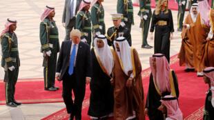 O presidente Trump é recebido no aeroporto de Riad pelo rei Salman da Arábia Saudita, neste sábado 20 de maio de 2017.