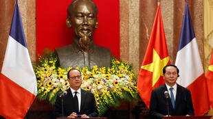 French President François Hollande (L) and Vietnam's Tran Đại Quang in front of a bust of independence leader Ho Chi Minh in Hanoi on 6 September 2016