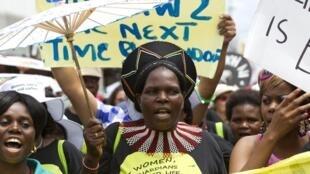 Ativistas protestam em frente à sede da Conferência do Clima da Onu, em Durban.