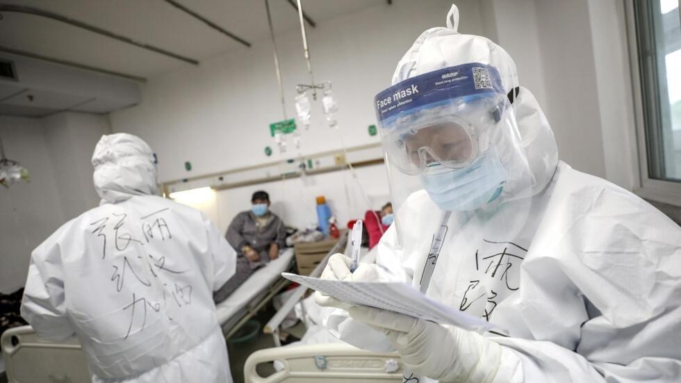 Nhân viên y tế kiểm tra bệnh án tại một bệnh viện ở Vũ Hán, Trung Quốc. Ảnh chụp ngày 13/02/2020.