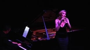 """Caroline Nin in """"Hymne à Piaf"""""""
