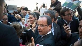 François Hollande firma autógrafos en el Palacio del Elíseo, este 16 de septiembre de 2012.