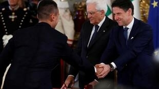 Le Premier ministre italien, Giuseppe Conte ( 1er, à dr.) serre la main de Luigi di Maio, au Palais de Quirinal. À ses côtés, Sergio Mattarella (2eme, à dr.), le président de la République.