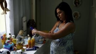 Una brasileña embarazada de cinco meses se protege contra los mosquitos, en Río de Janeiro, el pasado 28 de enero de 2016.