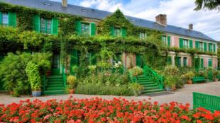 """Nhà của danh họa Claude Monet, nhìn từ vườn thượng """"Le Clos normand""""."""