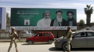 Cartazes com os candidatos as eleições presidenciais afegãs nas ruas de Cabul.