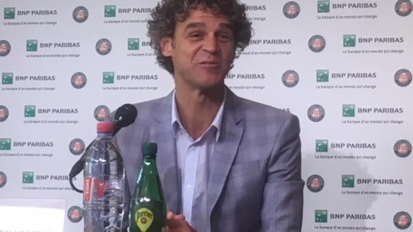 """Gustavo Kuerte, durante entrevista coletiva do anúncio de sua nomeação como primeiro """"embaixador de Roland Garros""""."""