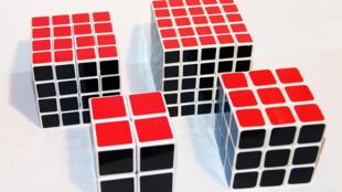 Khối lập phương Rubik với các biến thể 2x2x2, 3x3x3, 4x4x4 và 5x5x5.
