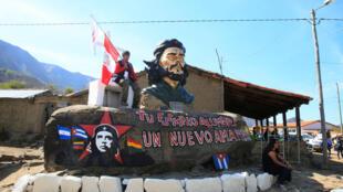 Estátua de Ernesto Che Guevara em La Higuera, no local onde foi executado. Comemoração do 50º aniversário da morte de Che Guevara, La Higuera, Santa Cruz, Bolívia, 8 de outubro de 2017.