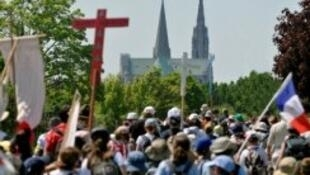 Ten thousands pilgrims left Paris on Saturday 26 May and are due to arrive in Chartres today