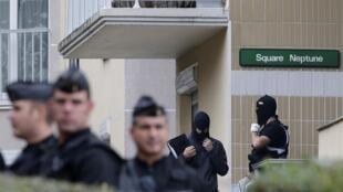Cảnh sát và hiến binh lục soát nhà một nghi can ở ngoại ô Paris.