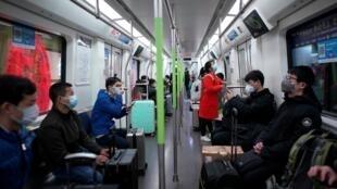 Após 11 semanas de rígido confinamento, os moradores de Wuhan retomam as atividades de maneira gradual e obedecem a regras reforçadas de segurança no trabalho.