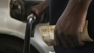 Motorists pumps fuel into his vehicle in the commercial capital Blantyre, 26 March, 2012